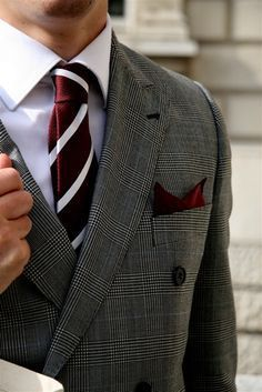 plaid suiting with maroon. Guys in suits Sharp Dressed Man, Well Dressed Men, Pliage Pochette Costume, Mens Fashion Blog, Men's Fashion, Fashion Ideas, Fashion Inspiration, Tie And Pocket Square, Pocket Squares