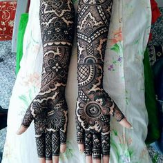 This bridal mehndi design spread out beautifully with bold outlines filled with intricate strokes. This design has an Arabic appeal etched to it which is what is making it look so unique. Arabic Bridal Mehndi Designs, Rajasthani Mehndi Designs, Peacock Mehndi Designs, Full Mehndi Designs, Hena Designs, Mehndi Designs Feet, Stylish Mehndi Designs, Mehndi Design Pictures, Dulhan Mehndi Designs