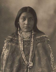 6. Hattie Tom, Apache, 1899, by Frank A. Rinehart vintage-native-american-girls-portrait-photography-2-575a5eb8ae773__700amérindiennes-Amerindian