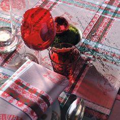 Garnier Thiebaut - Mille Noel Chalet   Sie geben Ihre Tischmaße ein und unser Tischdeckenkonfigurator berechnet Ihre persönliche Tischdecke.   Wählen Sie aus herrlichen Stoffen Ihren Favoriten. Nichts Passendes gefunden?   Rufen Sie uns an unter Tel. (0281) 24173 und wir machen es passend! Sie sind sich in der Farbwahl nicht sicher? Gerne senden wir Ihnen Stoffmuster zu
