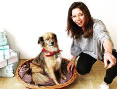 KISURA INSIDE // Best office dog ever! Here comes Mila with her master of the dog, stylist @jesuis.lena #lovemyjob #berlinstartup #AboutKISURA #personalstylist #curatedshopping #KISURAbox #potd #KISURAfaces #officepuppy #officedog