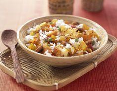 Recette de Riz aux légumes à l'indienne. Il vous faut : riz basmati, beurre, ail, oignons, carottes, fleurettes de chou-fleur, petits pois cuits, raisins blonds, amandes émondées, filaments de safran, graines de cardamome, cannelle, clous de girofle, yaourt nature, ail en poudre, Gingembre en poudre, curry, jus de citron