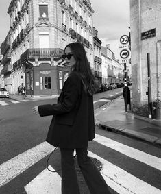 Black And White Picture Wall, Black And White Pictures, Gray Aesthetic, Black And White Aesthetic, Aesthetic Girl, Urbane Fotografie, Foto Glamour, Shotting Photo, Photographie Portrait Inspiration