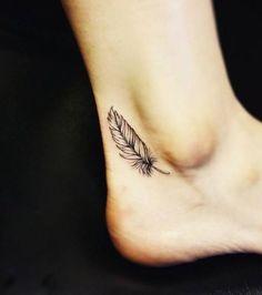 Tatouage femme : une petite plume sur la cheville