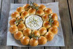 La brioche camembert est une idée d'apéritive très gourmande. On pioche un peu de brioche que l'on trempe dans le camembert chaud. Un vrai régal !