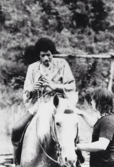 Jimi Hendrix rides a horse - Woodstock 1969 Rock N Roll Music, Rock And Roll, Missing You Brother, Electric Ladyland, Hey Joe, Jimi Hendrix Experience, Psychedelic Music, Guitar Tips, Guitar Lessons