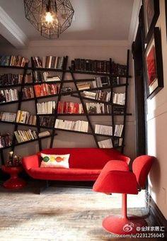 #decoração E quem disse que a biblioteca de casa precisa ser convencional?