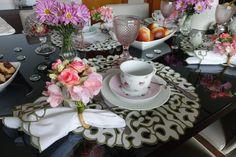 Mesa posta de café da manhã delicada e romântica com jogo americano de richelieu branco com bordado verde musgo na borda.