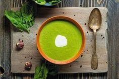 This immune-boosting spinach and lemon soup is the perfect recipe for the upcoming flu season. Kimchi, Superfood, Healthy Fats, Healthy Recipes, Healthy Soups, Salmon Soup, Chili, Sauce Tomate, Hot Soup