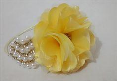 tiara forrada com cetim, com flor em cetim amarela com organza amarela e detalhes em strass , com folha de pérolas marfim, um luxo para as princesas