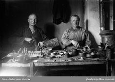 Digitalt Museum - Skomakare Aldor Karlsson och Ja Kvist. Ja Kvist började som förste man på AB Otto Janssons Skofabrik, som startade 1925-10-01 i Hulukvarn, Dunkehalla, Jönköping. Han slutade först 1946, 76 år gammal då han erhöll Patriotiska sällskapets silvermedalj. Denna bild är från Karlsson och Kvists´ gemensamma skomakeri nära ån, strax ovanför Hallmansvägen.