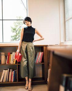 Black sleeveless turtle neck shirt + khaki or olive-colored wide leg trousers (culottes, maybe? Office Fashion, Work Fashion, Fashion Pants, Daily Fashion, Fashion Outfits, Womens Fashion, Vetement Fashion, Japan Fashion, Simple Style