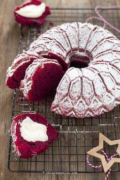 La ciambella Rev velvet è la versione sciuè sciuè e semplificata della classica Red velvet cake che in tante avete replicato con successo;è una torta umida dal colore rosso brillante perfetta per celebrare Natale, San Valentino ele occasioni di festa. Rispetto alla versione classica c'è il vantag