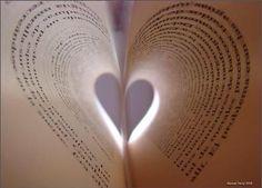 (23/04/2013) Abrió su corazón y entre sus páginas  encontró sus pequeñas huellas, sus historias vividas, sus sueños futuros. #cuentuitos @ainhoa_mallo