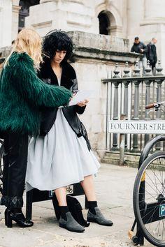 2017年春夏コレクションはNYからロンドンへシフト! 『VOGUE JAPAN』では、前シーズンに引き続き、ファッション・フォトグラファーとして世界中を駆け巡るセーレンとタッグを組み、各都市のストリートスタイルを徹底追跡します。ファッションの楽しさがギュッと詰まったオフランウェイの様子を超速報でお届け。