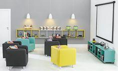 Sala de tv com nichos quadrados baixos colorida