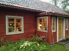 Elins Stuga: Hos bror och svägerska Swedish Cottage, Red Cottage, Red Houses, Little Houses, Sweden House, Wooden Buildings, Forest House, Scandinavian Home, House Goals