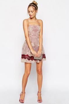 Looking for short prom dresses? From floral and sweet to minimal and sleek, check out 13 short prom dresses that will show off your style and a little leg. Prom Dresses 2015, Gala Dresses, Short Dresses, Formal Dresses, Pretty Outfits, Pretty Dresses, Teen Vogue Fashion, Short Prom, Lace Dress