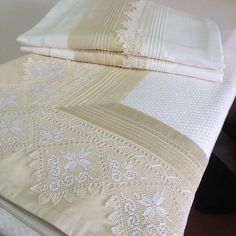 Saf ipekten nevresim ve pike t Baby Cradle Wooden, Lace Bedding, Luxury Towels, Linens And Lace, Quilt Sizes, Fine Linens, Diy Embroidery, Sofa Pillows, Home Textile