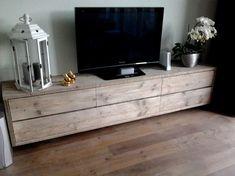 Nieuw! Zwevend tv-meubel van steigerhout met 6 laden, soepel lopend op ladegeleiders. Deze is b250xd40xh46-48cm. Hij is op maat te maken, de prijs is dan op aanvraag. Hij kan bijvoorbeeld wat kleiner met 4 of zelfs met 2 laden/kleppen? Het is allemaal mogelijk. Het model op de 3e en 4e foto staat en vallen de frontjes vóór het meubel. Dat kan dus ook.Even een mailtje sturen en je hebt meestal dezelfde dag nog een antwoord terug.