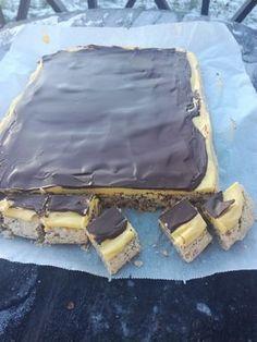 """Vi i Kristiansand har et uttrykk som heter """" nå ble æ så kjesken"""". Det er da man har lyst på noe godt og disse kjesk-bitene passer så godt til dette utrykket, da de smaker helt fantastisk. 400 gr malte mandler 400 gr melis 6 eggehviter Gulkrem: 6 eggeplommer 200 gr sukker 2,5 dl fløte… Sweets Cake, Cupcake Cakes, Norwegian Food, Scandinavian Food, Foods With Gluten, No Bake Desserts, Let Them Eat Cake, No Bake Cake, Chocolate"""