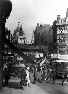 George Reid took over 700 photographs of London over the course of a decade, from 1920 to 1933. He died before his work was completed, thou...