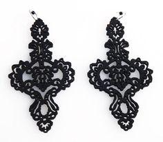 """Orecchini """"Barroco Negro Picado 4"""" realizzati in pelle nera spessore 2 mm e tagliati a laser, Ispirati all'opera e al mood di Frida Khalo."""