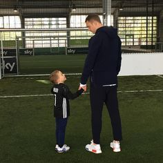 "saintneuer: ""Willem Tell ""#teamspirit @manuelneuer makes cancer patient Fredrik smile #rolemodel #ehfk #einherzfürkinder #manuelneuerfoundatio#manuelneuer"" """