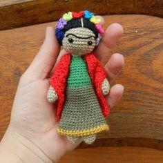 Hola!! Cómo están?   Hoy quiero mostrarles esta pequeña Frida Kahlo amigurumi. Desde hace tiempo tenía ganas de tejerla, sin embargo no le l...