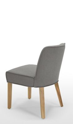 Der Falan Stuhl von MADE Studio wurde für ausgedehnte, enspannte Abendessen entworfen. Wenn du zur Dinnerparty lädtst ist das der richtige Stuhl, damit sich deine Gäste wie zu Hause fühlen.