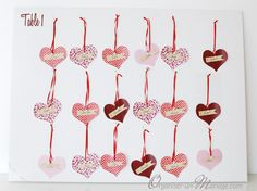 Un plan de table avec des cœurs suspendus - Organiser un mariage