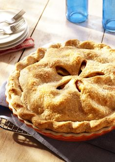 Our best-ever apple pie! Apple pie recipes are an American favorite! This old-fashioned homemade apple pie recipe produces a flaky pastry crust and juicy apple filling. Homemade Apple Pies, Apple Pie Recipes, Sweet Recipes, Easy Apple Pie Recipe, Köstliche Desserts, Delicious Desserts, Dessert Recipes, Yummy Food, Best Ever Apple Pie