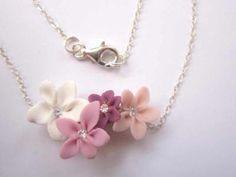 Collier en pate fimo avec quatre petites fleurs roses