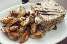 Sandwich mit Kartoffelecken  und Jack Daniel's BBQ Sauce
