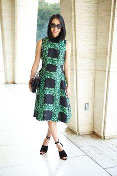 Trang phục của Eva Chen chủ yếu là những mẫu váy liền tiện dụng, áo dáng dài phối cùng chân váy xoè hoặc chân váy bút chì, quần ống rộng cũng là một item thường xuyên được xuất hiện