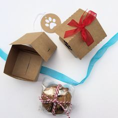 * Handmade in Australia *  Cute little house-shaped natural brown kraft gift boxes with a paw-print cutout and gift tags. Held together with ribbons in a choice of colors. I make them from smooth kraft cardstock - I can make them with other cut-out shapes (instead of the paw print), let me know what you are looking for. They are a good size for some cookie gifts (for the human friends) or even pet biscuits (wrap them in cellophane) for the 4-legged friends!  Set of 4. Size: Base: approx 6cm…