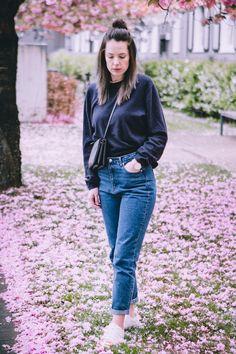 Mom Jeans lässig kombinieren. Karottenhosen im Alltag tragen