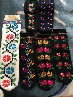 This Pin was discovered by Cey Christmas Look, Moda Emo, Knit Mittens, Gloves, Slippers, Socks, Booty, Sandals, Knitting