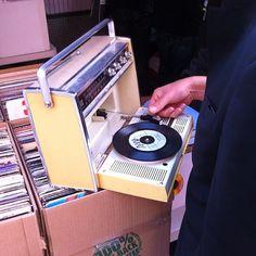 Come back to the vinyl Retro Record Player, Record Players, Radios, Tvs, Televisions, Music Machine, Antique Radio, Home Studio Music, Vinyl Junkies