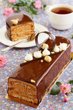 В далеком детстве, этот торт был самым нелюбимым, и это не смотря на то, что безумно любила (и люблю) сладкое. И даже кусок…