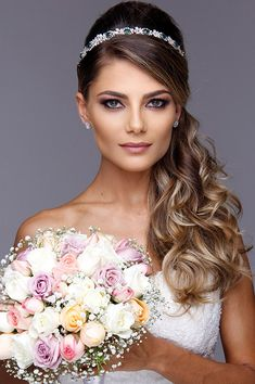 Natural Wedding Makeup Tips For The Minimalistic Millennial Bride To Be Tiara Hairstyles, Wedding Hairstyles With Veil, Princess Hairstyles, Loose Hairstyles, Beautiful Hairstyles, Wedding Makeup Tips, Natural Wedding Makeup, Medium Hair Styles, Long Hair Styles