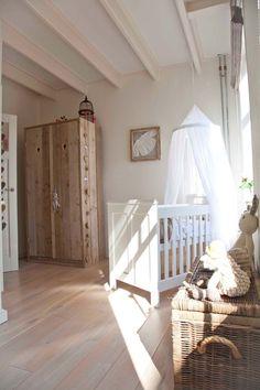 Lit de bébé simple avec un ciel classique en blanc pour instaurer une ambiance sereine
