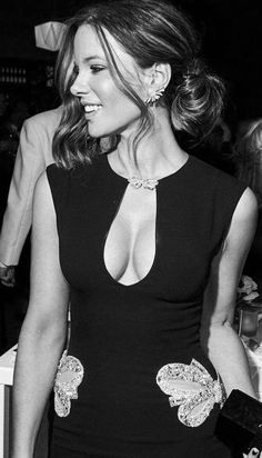 The gorgeous actress Kate Beckinsale in a tight cleavage revealing black sexy dress. Beautiful Celebrities, Beautiful Actresses, Gorgeous Women, Beautiful People, Kate Beckinsale Hot, Kate Beckinsale Pictures, Underworld Kate Beckinsale, Female Actresses, Hot Actresses
