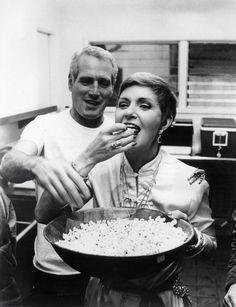 Sofía con las manos en la masa...preparando pizzas... Hoy les toca a ellas cocinar.. A Lucille Ball no la veo yo muy ...