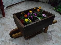 Carrinho de mao para jardim feito em madeira de demolicao
