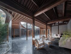 Curving glass walls transform restored Qishe Courtyard in Beijing Chinese Courtyard, Front Courtyard, Internal Courtyard, Courtyard House, Courtyard Ideas, Hotels In Bali, Casa Patio, Temporary Structures, Glazed Walls