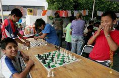 """Nezahualcóyotl, Méx. 28 Junio 2013. Quizá la lectura se encuentra asociada naturalmente al ajedrez, y ambas actividades no son ajenas al ciudadano de a pie, como quedó demostrado en el 1er Festival Nacional del Libro, """"Para Leer en Libertad""""."""