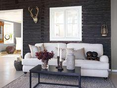 Klassisen kauniilla sohvalla viihtyvät kaikki perheenjäsenet. Klikkaa kuvaa, niin näet tuotteiden tiedot ja ostopaikat! Interior Design Elements, Small Places, Scandinavian Style, Birmingham, Interior Decorating, Sweet Home, Cottage, Sofa, Living Room
