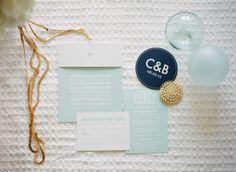 Convite de casamento em verde menta com branco, preto e dourado.