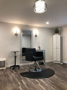 I spy an Eye-Vac and a black Avant Styling Chair at this chic home salon in Davis County, UT! ▪️ I spy an Eye-Vac and a black Avant Styling Chair at this chic home salon in Davis County, UT! Home Beauty Salon, Home Hair Salons, Beauty Salon Decor, Beauty Salon Design, Beauty Room, Salon At Home, At Home Salon Station, Barber Shop Interior, Barber Shop Decor
